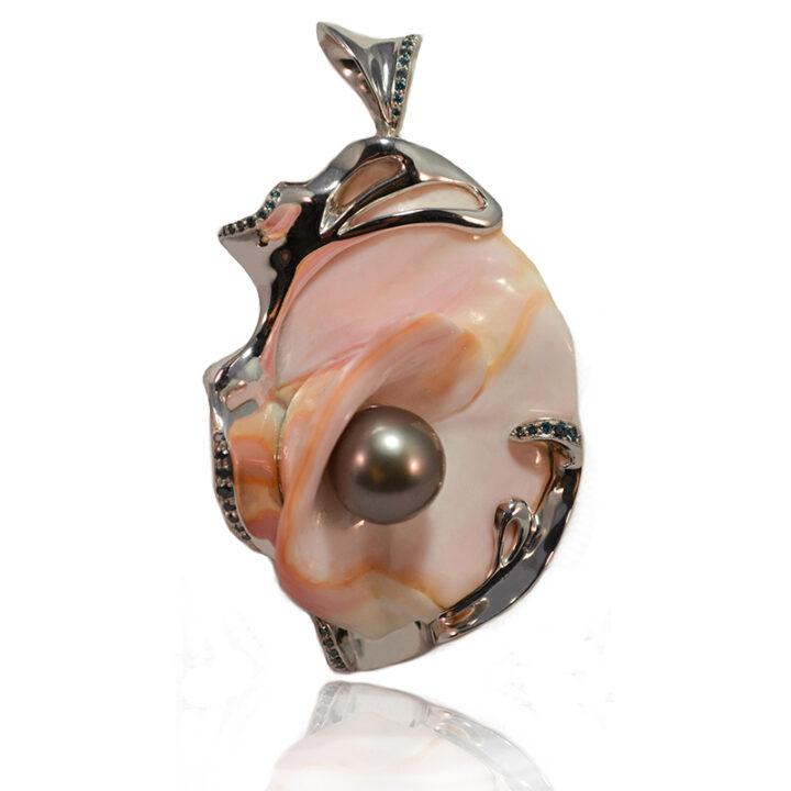 ciondolo in oro bianco con conchiglia ,diamanti blu e perla Tahiti - pezzo unico -Mediterraneo Liberty