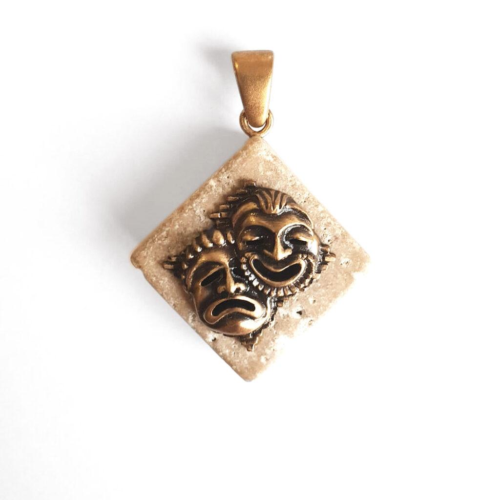 Ciondolo Piangi e ridi in bronzo anticato e travertino