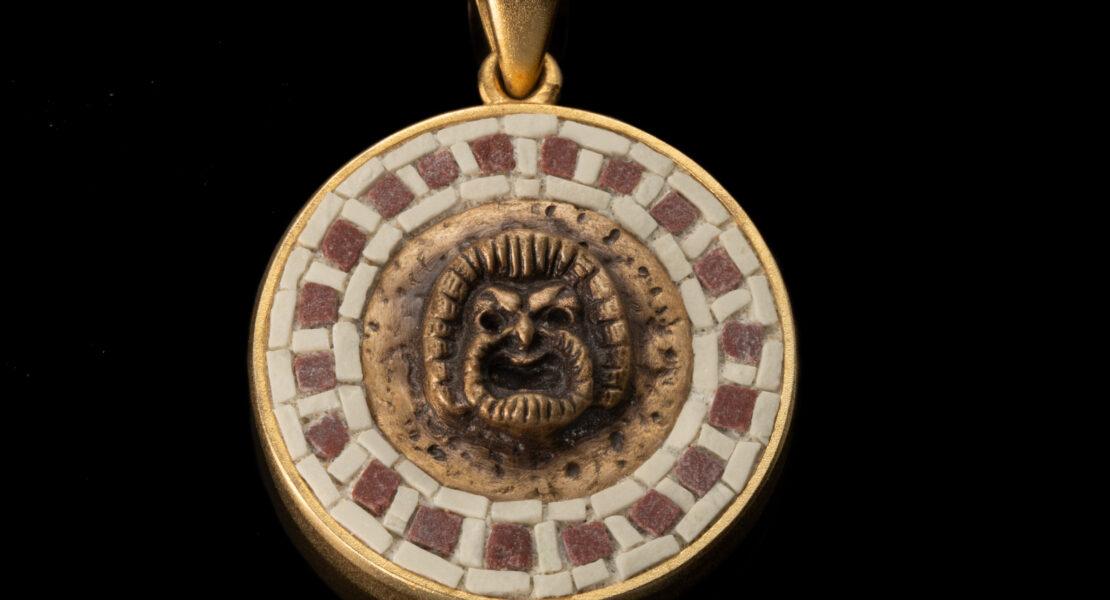 gioiello in mosaico con maschera teatrale