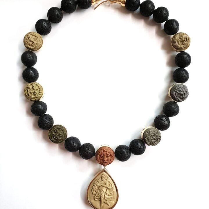 Collana in oro giallo e argento 925 con sfere in lava vulcanica e maschere in pietra lavica