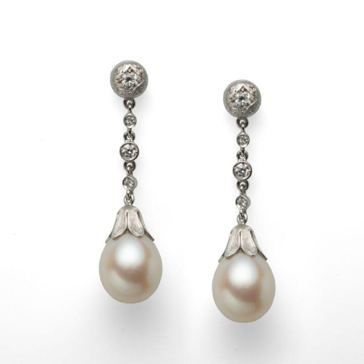 Orecchini in oro bianco con diamanti e perle d'acqua dolce - Stile rinasc. fiorentino